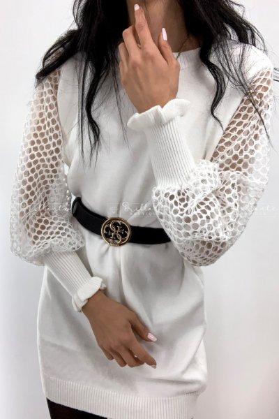 Dzianinowa sukienka z bufkami i rękawami z siateczki biała