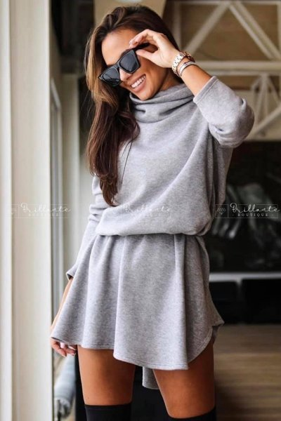 Sukienka sweterkowa z golfem szara