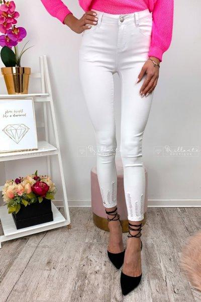 Białe spodnie push-up z przetarciami o długości 7/8