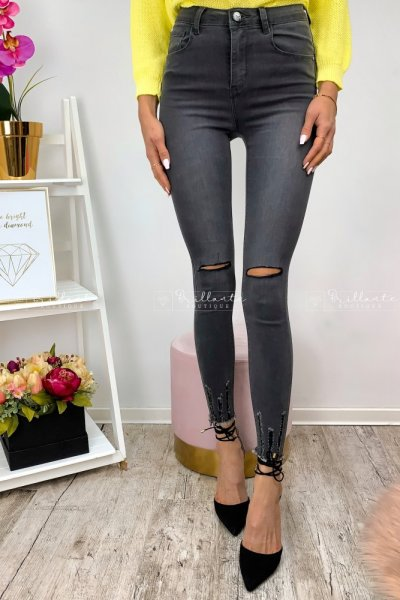 Szare spodnie z dziurami na kolanach